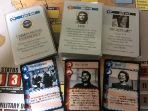 上にカードは通常バージョンで、下のカードは筆者が使っているハンガリーバージョン。